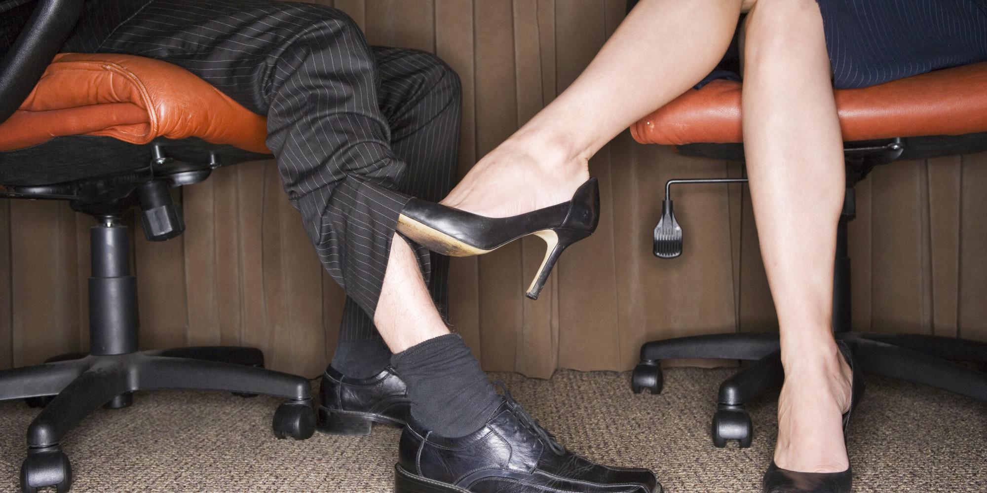 В офисе под столом парень лижет туфли каблуке, порно онлайн синие шорты
